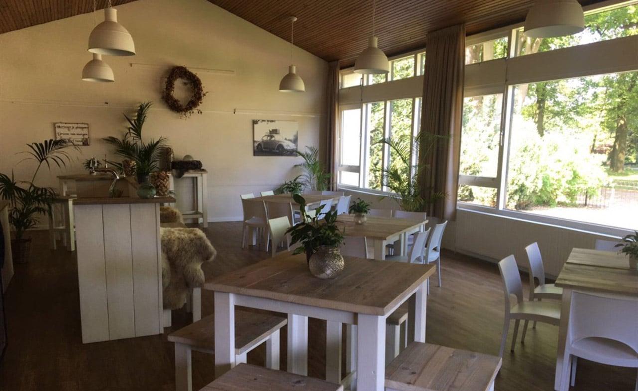 Interieur met (hoge) tafels en stoelen